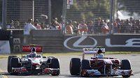 Jenson Button na mcLarenu (vlevo) předjíždí Felipeho Massu při Velké ceně Austrálie.