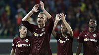 Jiří Jarošík tleská fanouškům po vítězství v derby, v němž vstřelil úvodní gól.