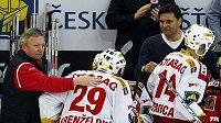 Hokejisté Slavie se radují po brance Lukáše Krenželoka