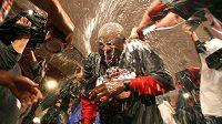 Manažera Cincinnati Dusty Bakera zalili hráči šampaňským.
