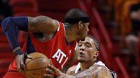 Basketbalista Miami Michael Beasley brání hráče Atlanty Joshe Smitha.