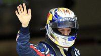 Pilot stáje Red Bull Sebastian Vettel se raduje z vítězství v kvalifikaci na GP Číny.