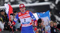Lukáš Bauer s českou vlajkou po vítězství v Tour de Ski.