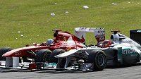 Michael Schumacher (vpravo) po skvělém startu bojoval v Monze o stupně vítězů, nakonec skončil pátý.