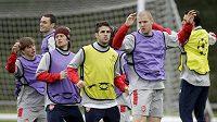 Tomáš Rosický (druhý zleva) už trénuje se spoluhráči z Arsenalu.