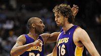 Basketbalisté Lakers Kobe Bryant (vlevo) a Pau Gasol