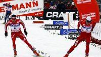 Nor Petter Northug (vpravo) projíždí cílem páté etapy Tour de Ski před Dariem Colognou ze Švýcarska.