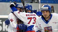 Čeští hokejbalisté se radují z branky do sítě Švýcarska