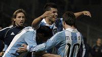 Argentinská radost, aneb střelci gólů Agüero (uprostřed), Di Maria (vlevo) a nahrávač Messi se radují.
