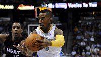 J:R: Smith z Denveru Nuggets se chystá k zakončení přes obránce Miami Heat Maria Chalmerse.