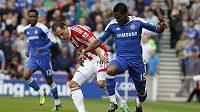 Matthew Etherington ze Stoke City (vlevo) se snaží zastavit hráče Chelsea Florenta Maloudu
