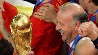 Španělský trenér Vicente Del Bosque se raduje s pohárem pro mistry světa.
