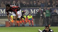 Robinho z AC Milán (vlevo) po souboji s brankářem Sampdorie Gianlucou Curcim.