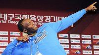 Usain Bolt pózuje novinářům před svým závodem v korejském Tegu