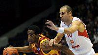 Afik Nissim z Nymburka (vpravo) brání Jerryho Johnsona z Galatasaray Istanbul.