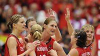 České basketbalistky se radují ze zisku stříbrných medailí na domácím mistrovství světa.