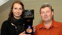 Česká reprezentantka v plavání Barbora Závadová ukazuje bronzovou medaili z OH mládeže v Singapuru, vpravo její trenér Vítězslav Hartmann.