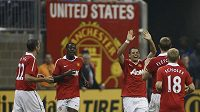 Hráči Manchesteru se radují ze vstřelené branky americkým hvězdám.