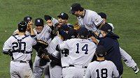 Baseballisté New Yorku Yankees se radují z postupu do druhého kola play-off.