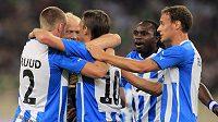 Fotbalisté dánského Odense se radují z branky proti Panathinaikosu Atény.