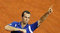 Radek Štěpánek se raduje po vítězství nad Chorvatem Ivem Karlovičem v semifinále Davis Cupu.