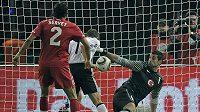 Němec Miroslav Klose střílí první gól v zápase s Tureckem.