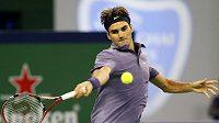 Roger Federer při zápase s Američanem Isnerem v Šanghaji.
