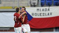 Čeští fotbalisté do 21 let Radim Řezník (vlevo) a Lukáš Mareček oslavují vstřelený gól.