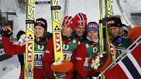 Norští skokané se radují ze stříbrné medaile v soutěži družstev na MS v Oslu. Tom Hilde, Anders Jacobsen, kouč Mika Kojonkoski, Bjoern Einar Romoeren a Anders Bardal pózují s norskou vlajkou.
