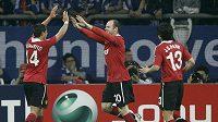 Wayne Rooney (uprostřed) děkuje svému spoluhráči z Manchesteru United Javieru Hernándezovi za gólovou přihrávku.