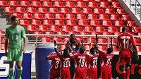 Fotbalisté Malawi se radují z branky.