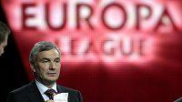 Generální sekretář UEFA David Taylor při losu základní skupiny premiérového ročníku Evropské ligy.