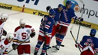 Hokejisté New York Rangers se radují z branky do sparťanské sítě.