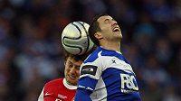Tomáš Rosický bojuje ve vzduchu o míč s birminghamským Barrym Fergusonem ve finále Ligového poháru.