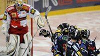 Hráči týmu Bílí Tygři Liberec se radují z druhého gólu, který vstřelili brankáři Slavie Slipčenkovi.