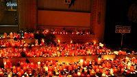 Fanoušci Zlína vyjádřili soustrast na stadiónu Luďka Čajky za zesnulého Karla Rachůnka a ostatní oběti letecké katastrofy.