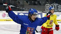 Petr Koukal se rozcvičuje na tréninku hokejové reprezentace