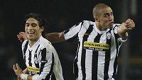 Útočník Juventusu David Trezegued (vpravo) se raduje se svým spoluhráčem Martinem Caceresem z branky do sítě Bayernu Mnichov.