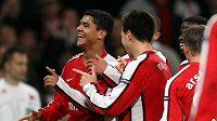 Denilson (vlevo) se raduje se svými spoluhráči z Arsenalu z branky.