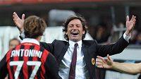 Hráč AC Milán Antonini se raduje s končícím trenérem týmu Leonardem z výhry nad Juventusem.