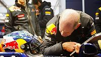 Šéfdesignér Red Bullu Adrian Newey (vpravo) hovoří se Sebastienem Vettelem. Vlasový porost ztratil vyhlášený konstruktér po smrti Ayrtona Senny.