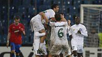 Fotbalisté rumunského Urziceni se radují z branky do sítě Glasgow Rangers.