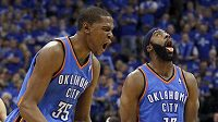 Basketbalisté Oklahomy Kevin Durant (vlevo) a James Harden