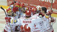 Je dobojováno. Hokejisté Třince slaví postup do finále, na střídačku Slavie padl smutek.