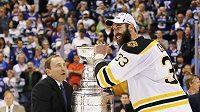 Poslední král. Zdeno Chára (vpravo) přebírá Stanley Cup od komisionáře NHL Gary Bettmana
