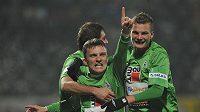 David Lafata (uprostřed) slaví společně s Vítem Benešem (vpravo) a Petrem Pavlíke (vzadu) stý ligový gól.