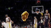 Fanoušci Lakers házejí během zápasu s Clevelandem na palubovku pěnové rukavice