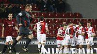 Fotbalisté Slavie oslavují proměněný pokutový kop v odvetě čtvtfinále Ondrášovka Cupu proti Spartě.