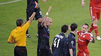 Franck Ribéry dostává červenou kartu v zápase s Lyonem.