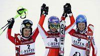 Nejlepší ženy slalomu SP v Aspenu: bronzová Rakušanka Zettelová, vítězná Šárka Záhrobská a druhá Rakušanka Shildová.